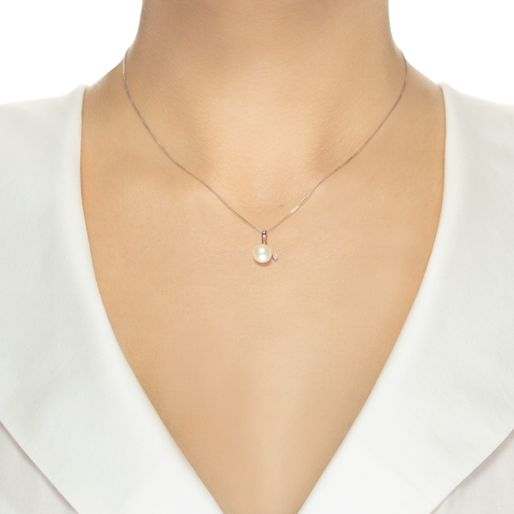 Lantisor din aur 18K cu pandantiv cu perla 0,50 gr. si diamant 0,02 ct., model Orsini 0369CI